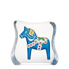 Dalahäst blå, large av Mats Jonasson; Dalahästarna i glasblock finns i en hel del olika utförande på vad gäller storlek, färg och form.