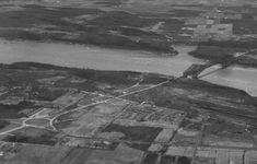 Vue aérienne de la nouvelle route reliant le pont au boulevard Laurier. À noter qu'un rond-point est construit au début des années 1950 pour relier ces voies et les boulevards Henri-IV (1953) et Duplessis (1957). (Extrait de Vue aérienne du pont de Québec, Neuville Bazin . - 1956, Fonds ministère de la Culture et des Communications, E6,S7,SS1,P889-56, Bibliothèque et Archives nationales du Québec) Quebec Montreal, Old Quebec, Quebec City, Samuel De Champlain, Le Petit Champlain, Henri 4, Chute Montmorency, Chateau Frontenac, City North