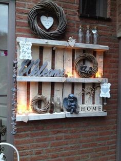 Nice decoration idea for the garden with old pallets – Garten: Ideen, DIY, Must Haves und Inspirationen Old Pallets, Pallets Garden, Recycled Pallets, Wooden Pallets, Pallet Benches, Recycled Materials, Pallet Wall Decor, Pallet Shelves, Pallet Art
