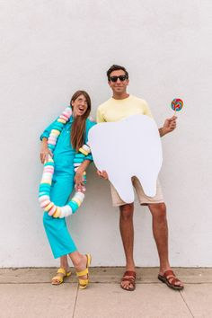 How To Make A Candy Necklace Costume (+ Sweet Tooth Couples Costume) | studiodiy.com Halloween Costume Couple, Food Halloween Costumes, Couples Halloween, Food Costumes, Candy Costumes, Diy Dog Costumes, First Halloween, Halloween Diy, Halloween Nails