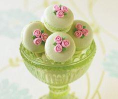 Love the dainty rose buds piped on top.
