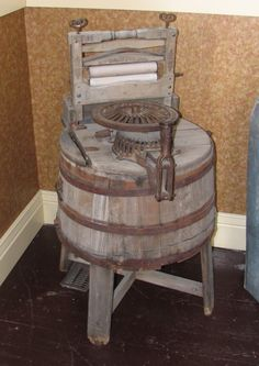 wonderful old wooden wringer washer--remember my Nannie's--and I broke my ARM! Vintage Decor, Vintage Antiques, Vintage Items, Retro Vintage, Vintage Laundry, Vintage Kitchen, Antique Washing Machine, Primitive Laundry Rooms, Barris