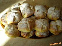 Těsto zaděláme klasickým způsobem jako kynuté těsto, já jsem dělala v pekárně :-)<br>Po vykynutí roz...