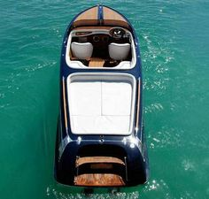 The Frauscher® 757 St. Tropez is a classic runabout characterised by completely new and innovative design elements. The shining hand-wrought steel parts, the mahogany and/or teak superstructures, the phenomenal stability and softness while driving, provide an impressive degree of control of the vessel, even under rough conditions.