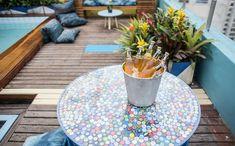 Mesa coberta com tampinhas