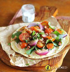 Δροσερή σαλάτα με αραβική πίτα και σως γιαούρτι - gourmed.gr
