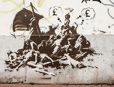 This picture taken on December 2015 shows a street art graffiti by elusive British artist Banksy of the famous painting 'The Raft of the Medusa' (Le radeau de la méduse) by French artist Gericault in the city centre of Calais, northern Fr Banksy Graffiti, Street Art Banksy, Banksy Work, Bansky, Steve Jobs, Pop Art, Culture Art, Urbane Kunst, Grafiti
