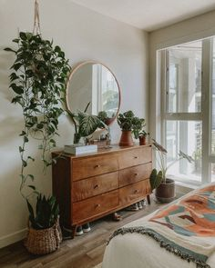 Indoor Plants in the Bedroom: Our Houseplant Tour Euny and Burke, Plants, Indoor Plants, Indoor Plan Home Decor Ideas, Home Decor Inspiration, Bedroom Inspiration Cozy, Decor Crafts, Room Ideas Bedroom, Home Decor Bedroom, Budget Bedroom, Small Room Bedroom, Bedroom With Plants