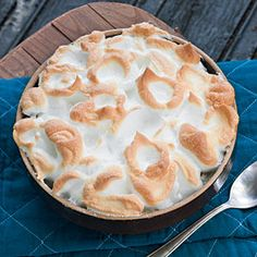"Banana Pudding the perfect dessert to a barbecue dinner in NC. A ""real"" banana pudding has a meringue topping! Homemade Banana Pudding, Banana Pudding Recipes, Funnel Cakes, Köstliche Desserts, Delicious Desserts, Yummy Food, Biscotti, Mousse, Dessert Crepes"
