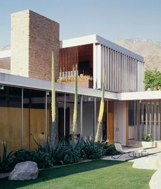 The Kaufmann House by architect Richard Neutra was built in 470 West Vista de Chino, Palm Springs, California, United States in It was then remodeled in Richard Neutra, Casa Kaufmann, Palm Springs Häuser, Architecture Résidentielle, Sustainable Architecture, Desert Homes, Frank Lloyd Wright, Modern Exterior, Mid Century House