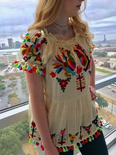 15 ideas embroidery dress mexican embroidered tops for 2019 Mexican Blouse, Mexican Outfit, Mexican Dresses, Mexican Style, Embroidery Fashion, Embroidery Dress, Embroidered Blouse, Mexican Embroidery, Mexican Fashion