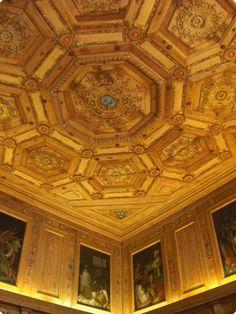 château de Beauregard, cabinet des Grelots.- Du Thier agrandit son chateau et l'enrichit de décors peints: dans la chambre du Roi, plafond et cheminée ornés de paysages et sujets mythologiques; dans la chapelle au I° étage du pavillon d'entrée sur la cour, des fresques par Niccolo dell'Abate; dans le cabinet des grelots, des boiseries demandées à Francisque Scibec de Carpi, menuisier du Roi, ornées de 9 sujets peints sur des dessins de Niccolo dell'Abate. Les boiseries sont livrées en 1554.