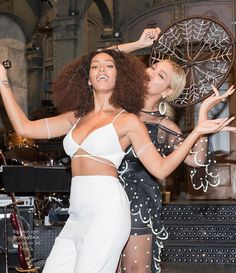 Beyoncé supports little sister Solange after her beautiful SNL performance.