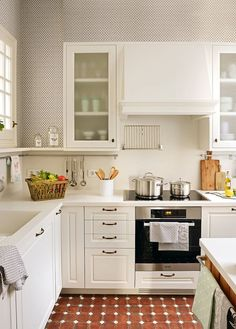 What could be less convenient than a small kitchen? Only a small kitchen with windows on two walls! This kitchen was done in an L-shape and made functional Kitchen Nook, Kitchen Sets, Kitchen Layout, New Kitchen, Kitchen Dining, Kitchen Decor, Kitchen Cabinets, White Cabinets, Home Deco