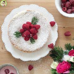 La torta paradiso è un dolce che piace sia ai grandi che ai bambini. Mio figlio ne va pazzo. Ingredienti: 300 gr di burro più q.b. per la teglia 8 uova 300