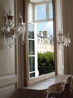 Visite d'un superbe appartement sur la magnifique Place des Vosges à Paris La décoration a été réalisée par Jacques Grange pour une riche Australienne L'appartement situé à l'étage noble se situe dans le Pavillon de Madame. Il fut la résidence de Marie...