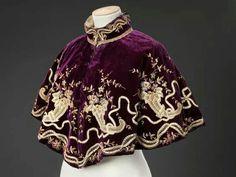 Old Fashioned Clothes : Cape, late 1890s Fashion, Victorian Fashion, Vintage Fashion, Victorian Gothic, Gothic Lolita, Historical Costume, Historical Clothing, High Fashion, Womens Fashion