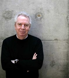 Sir David Chipperfield CBE, Director of David Chipperfield Architects with offices in London, Berlin, Milan and Shanghai. 说明来自 lafargeholcim-foundation.org。我已在 bing.com/images 上搜索此内容