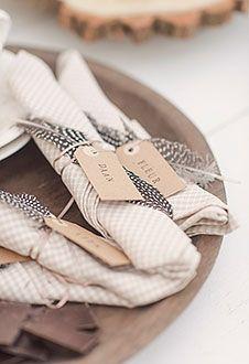 Napkin-ring | www.designbygerjanne.nl | Deze out-of-the box servetringen maak je eenvoudig zelf. Het servet vouw je op tot een smalle streep. Knoop hierom heen een stoer stuk touw of mooi koperkleurig spaghettilintje. Steek er een mooie veer tussen en knoop aan het lint een kartonnen label. Hierop kun je dan weer leuk de namen van je gasten stempelen of een leuke wens schrijven. Succes! Decoration Christmas, Decoration Table, Safari Wedding, Boho Wedding, Art Deco Wedding Inspiration, Paper Feathers, Look Boho, Napkin Folding, Wedding Napkins