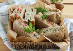 Tramezzini veloci e facili da preparare per un pranzo veloce e sfizioso. La salsa al tofu é un ingrediente molto versatile.