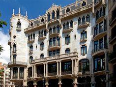 Si quieres casarte en un lugar emblemático de Barcelona, puedes elegir el Hotel Casa Fuster. Situado en pleno centro de Barcelona, esta auténtica joya del arquitecto catalán Lluís Domenech i Montaner simboliza el espíritu del Modernismo en su máximo esplendor.