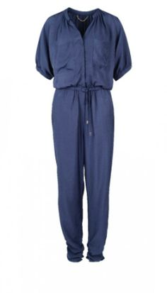 Donkerblauwe jumpsuit - € 19,95 - H&M via Flair.be (http://www.flair.be/nl/mode/276184/jump-for-joy-in-deze-11-jumpsuits)