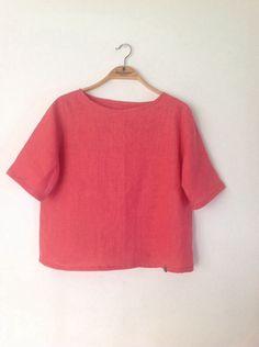 綺麗なピンクの良質なリネンでTシャツ感覚で着ていただける半袖プルオーバーをつくりました。ほんの少しAライン気味に裾は広がりますが、バフバフはしません。お腹が気...|ハンドメイド、手作り、手仕事品の通販・販売・購入ならCreema。