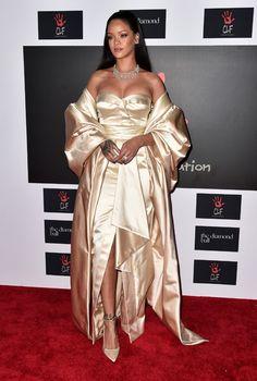 Rihanna recebe famosos em baile de gala beneficente