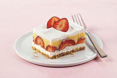 Ce dessert sans cuisson qui plaît à tous se compose de fraises fraîches et d'un pouding onctueux. Faites-le à l'avance pour les invités de dernière minute.