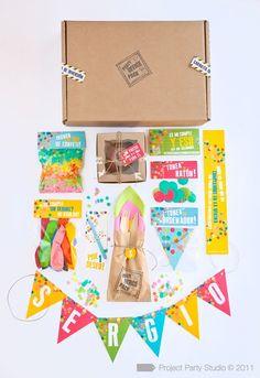 Party IN-A-BOX Idea: Konfetti, personalisierte Girlande, Kerze, Muffin, Serviette & Besteck, Feuerzeug/Streichhölzer, Ballons, Aufkleber, Stift, B'day-Karte