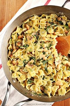 One-Pot Creamy Mushroom Spinach Pasta with Beans - a super simple vegetarian dish that takes only 20 minutes to make cooks together in one pot! Great dinner idea for a busy weeknight! #recipe #onepot #dinner crunchycreamysweet.com