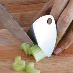 Com esse protetor de dedos você pode brincar de mestre cuca sem machucar os dedos.