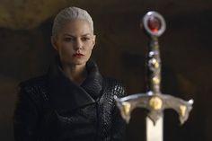 """ONCE UPON A TIME - Varredura de Novembro - 2015 - SPOILERS 1º de Novembro """"The Bear and the Bow"""": Belle viaja para DunBroch com Merida onde a dupla é tentada a usar Magia Negra em uma busca perigosa. 8 de Novembro """"Nimue"""": Emma vai em uma jornada que a deixa frente a frente com o passado trágico de Merlin. 15 de Novembro duas horas: Em """"Birth"""" Hook arrisca tudo para descobrir a verdade sobre o que Emma fez em Camelot. Já em """"The Bear King"""" Red e Mulan (Meghan Ory e Jamie Chung) retornam para…"""