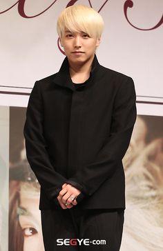 Sungmin at the press release for Super Junior's 6th album 'Sexy, Free & Sing  E'  #sungmin #superjunior