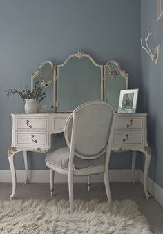 Design Sponge/London Sneak Peek:: Lovely lovely vanity, but I'd use it as a desk. Vintage Dressing Tables, Dressing Table Vanity, Vanity Tables, My New Room, My Room, Bedroom Furniture, Bedroom Decor, Bedroom Vintage, Home And Deco
