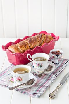 Banana Bread a la canela Café Chocolate, Chocolate Blanco, Easy Like Sunday Morning, Breakfast Tray, Food Staples, Sweet Bread, Tea Time, Banana Bread, Tea Cups