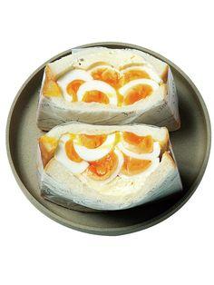 見慣れたはずのゆで卵のデザイン性にはっとさせられる美しい断面の「デビルドエッグサンド」(¥440 税込)。ゆで卵の上に特製クリームチーズを重ね、タルタルソースを塗ったパンでサンド。クリームチーズにはちみ...