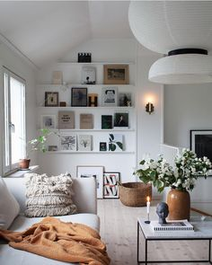 Awesome 45 Cozy Living Room Decor Ideas to Make Anyone Feel Right at Home # - Einrichten und Wohnen Living Room Decor Cozy, My Living Room, Living Room Interior, Home And Living, Modern Living, Decor Room, Bookshelf Living Room, Living Room White Walls, Cosy Living Room Small