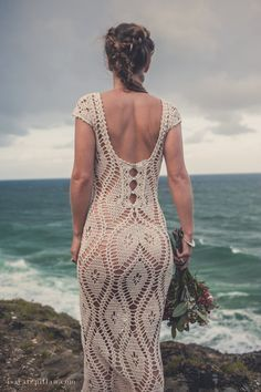 Handmade crochet wedding dress By Isa Catepillán Meet textile artist and fashion designer based in Byron Bay, Australia, Isa Catepillán, originally from Chile, designs & weaves one of a kind full length dresses. Mode Crochet, Crochet Lace, Crochet Style, Crochet Designs, Crochet Patterns, Crochet Wedding Dresses, Crochet Dresses, Dress Wedding, Lace Wedding