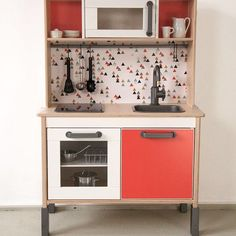 6 ways to customize the Ikea Duktig kitchen for kids Ikea Toy Kitchen Hack, Diy Play Kitchen, Play Kitchens, Kitchen Hacks, Ikea Montessori, Ikea Kids, Childrens Play Kitchen, Kids Bedroom Accessories, Hacks Cocina