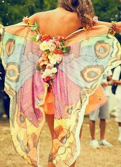 fairy wings bohemian boho style hippy hippie chic bohème vibe gypsy fashion indie folk look outfit Style Hippie Chic, Hippy Chic, Hippie Love, Bohemian Mode, Boho Gypsy, Boho Style, Bohemian Outfit, Hippie Masa, Bohemian Hair