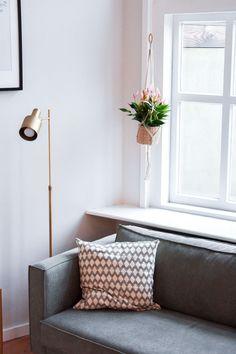 Waarom zou je kamerplanten alleen neerzetten als je ze ook op kunt hangen met een macrame plantenhanger? Lees snel verder voor plantenhanger-inspiratie!   plantenhanger woonkamer - Macrame plantenhanger woonkamer - plantenhanger interieur Dutch, Lifestyle, Furniture, Instagram, Home Decor, Decoration Home, Dutch Language, Room Decor, Home Furnishings