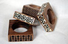Ce bracelet ethno-chic en noyer est incrusté de maillechort, de corne de vache, de résine et de cuivre. Dimension extérieure 9 x 9 x 3 cm, trou: Ø 6,5 cm