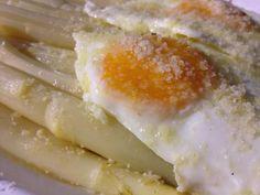 asparagi di Cantello con uova all'occhio di bue grana padano e burro nocciola - italian food, love italy