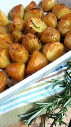pommes de terre nouvelles, primeur, four,rôtie,romarin,provençal,roasted patatoes Healthy Dinners For Two, Healthy Options, Healthy Dinner Recipes, Health Dinner, Cheap Meals, Creative Food, Casserole Recipes, Chicken Recipes, Clean Eating