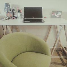Escritório home office cadeira verde, mesa de cavaletes, abajur azul, cantinho para trabalhar, decoração pequenos espaços