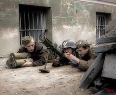 Powstańcy przy obsłudze granatniku PIATA.
