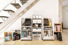 小学生ママのお悩みのひとつが「子どもの片づけ問題」です。ママの押しつけではなく、どこにあれば片づけやすいかを子どもに聞く。このひと手間で、子どもが自発的に物を戻... Bookcase, Kids Room, Shelves, Home Decor, Room Kids, Shelving, Kidsroom, Shelving Racks, Bookshelves