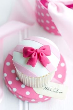 pink stripes & ribbon cupcake