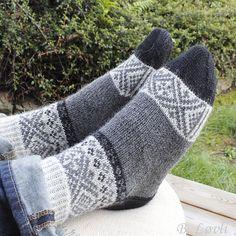 Ravelry: Mini og Mega Sokker pattern by StrikkeBea Knitting Dolls Free Patterns, Knitted Dolls Free, Loom Knitting, Knitting Socks, Knit Socks, Finger Yoga, Woolen Socks, Argyle Socks, Happy Socks